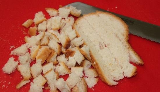 Полученные хлебные ломтики нарежьте кубиками