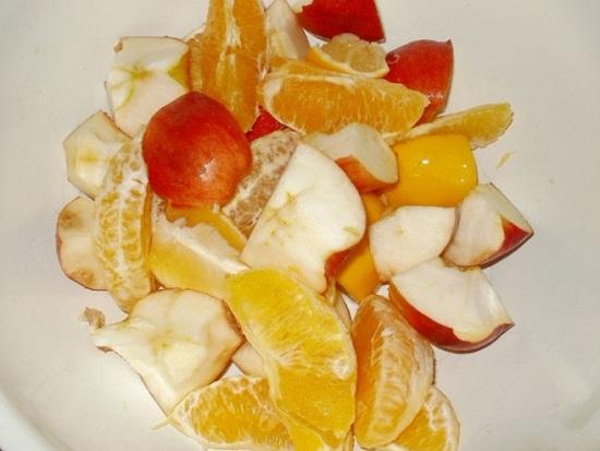 Соединяем фрукты в миске