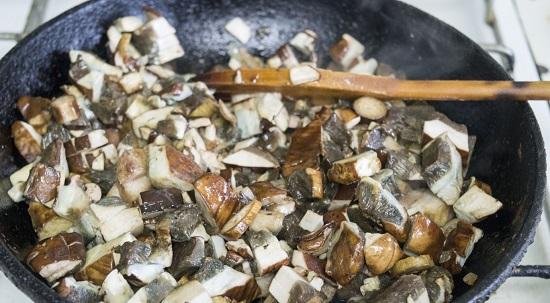 Добавьте в луковую поджарку шампиньоны