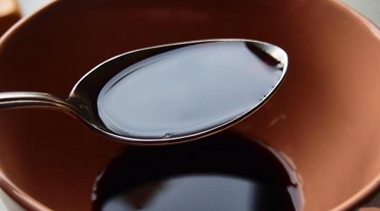 В отдельную миску наливаем соевый соус