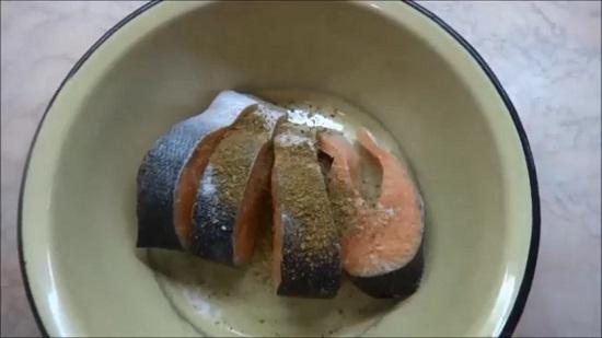 Перекладываем стейки семги в миску