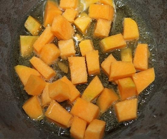 В полученный сироп выложите кусочки тыквы