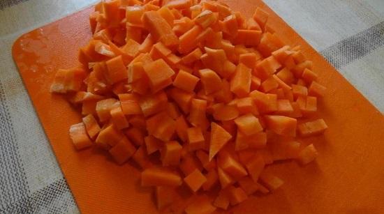Очищаем от кожуры морковные корнеплоды