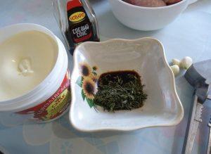 В пиалу наливаем соевый соус