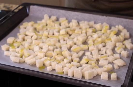 Сухарные «заготовки» равномерно разложите