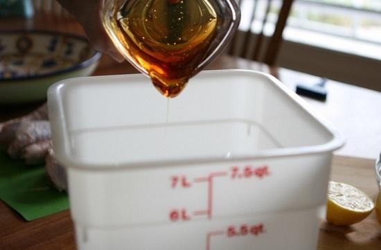 В глубокую емкость наливаем мед