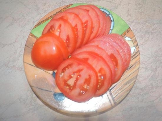Промываем свежие помидоры и нарезаем