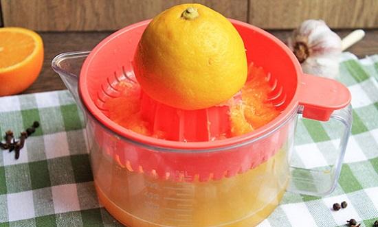 Лимон обдайте горячей водой
