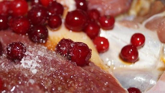 Приправляем гусиное мясо солью крупного помола