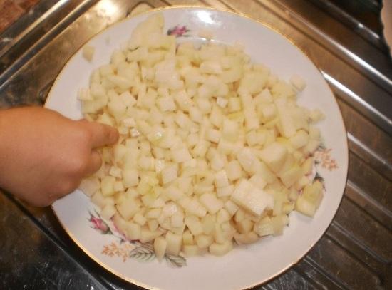 Нарезаем маленькими кубиками очищенные картофельные клубни