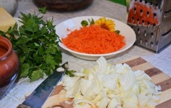 Морковь натрем, лук и чесночок шинкуем