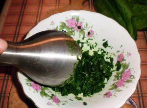 измельчаем шпинатные листья до консистенции пюре