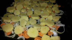 Сверху выкладываем картофель