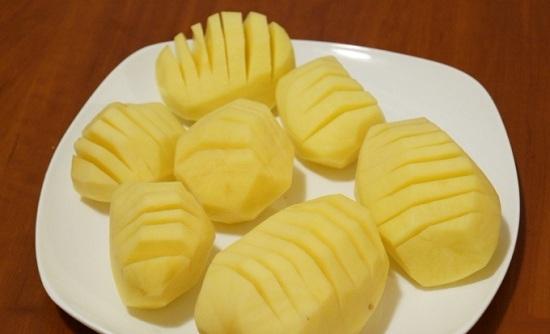 Делаем на картофеле продольные надрезы