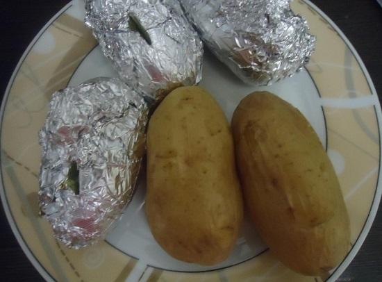 Готовый картофель с помощью прихватки