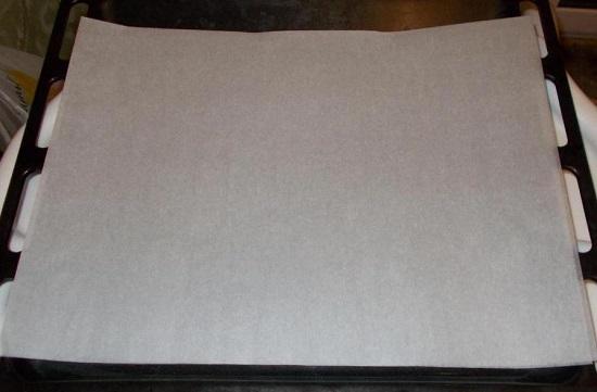 Противень застилаем листом пергаментной бумаги