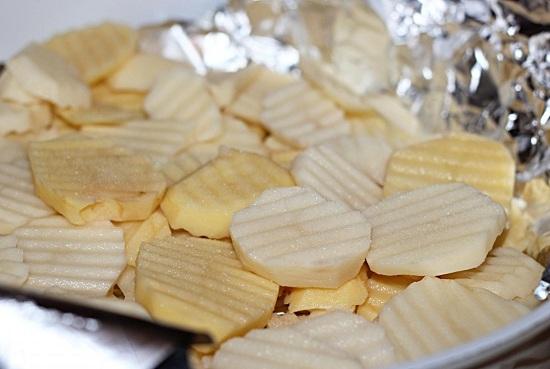 Выкладываем в форму измельченный картофель