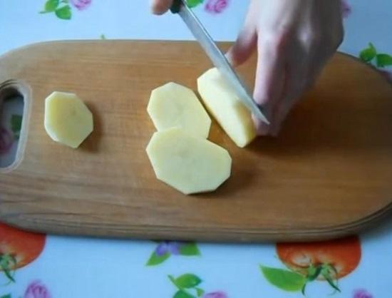 Очищаем картофельные клубни