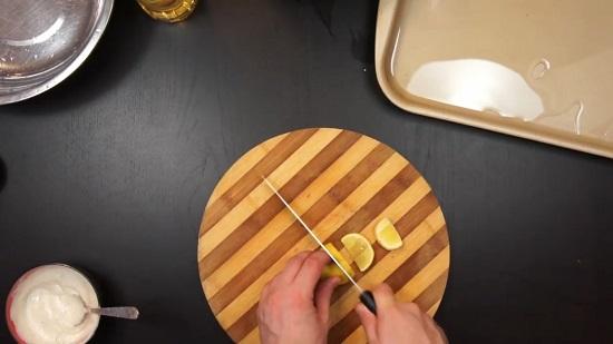 Половинку лимона нарезаем дольками