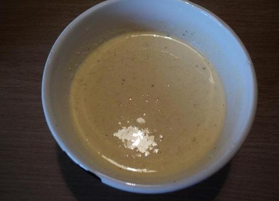 добавьте в масло темный соевый соус