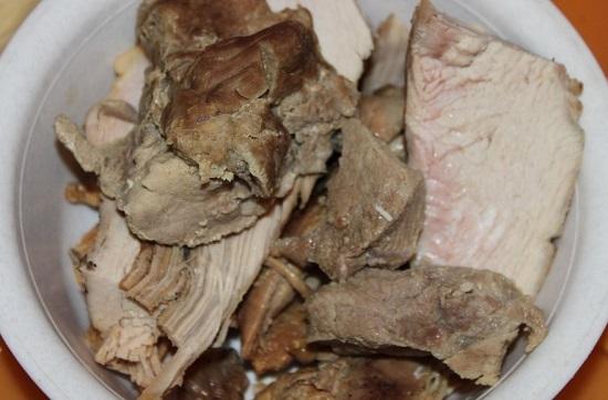 Отвариваем мясо в подсоленной воде