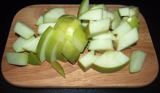 Яблоко нарежем среднего размера кусочками