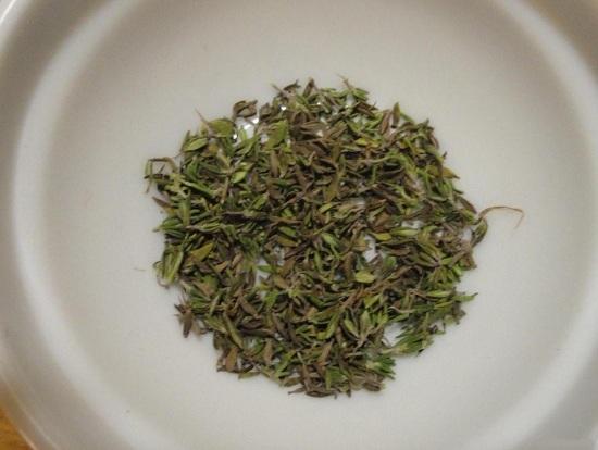 С веточки тимьяна обираем листики