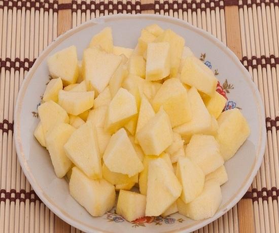 Сбрызните лимонным соком фруктово-овощную нарезку