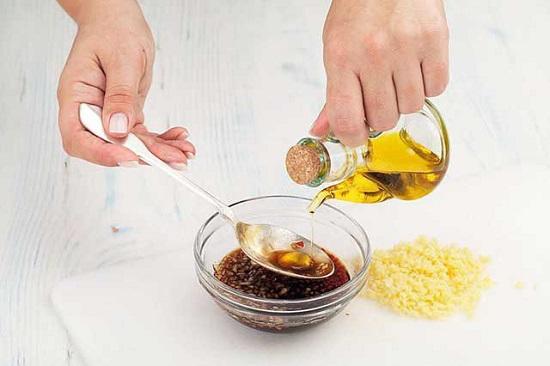 Смешайте соевый соус, масло с соком лайма