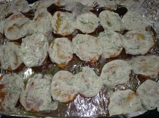 Достаем запеченный картофель из духовки
