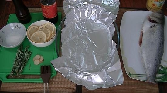 Лимон нарезаем тоненькими ломтиками