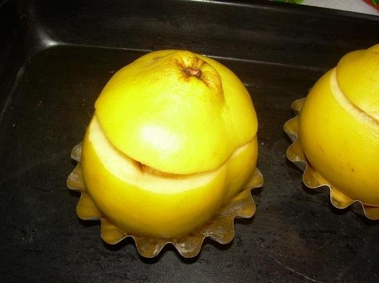 Накрываем фрукты сверху срезанными верхушками