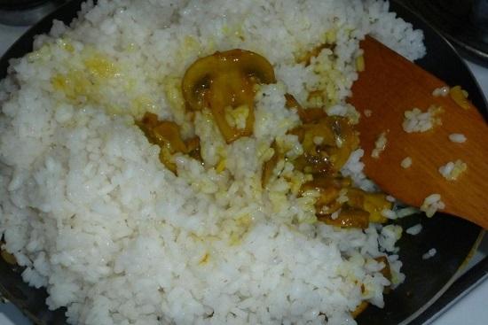 добавляем к обжаренным шампиньонам отварной рис