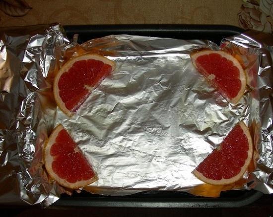 Выложим по углам кусочки грейпфрута