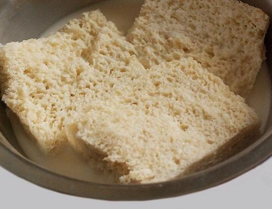 Хлебушек зальем молоком либо сливками