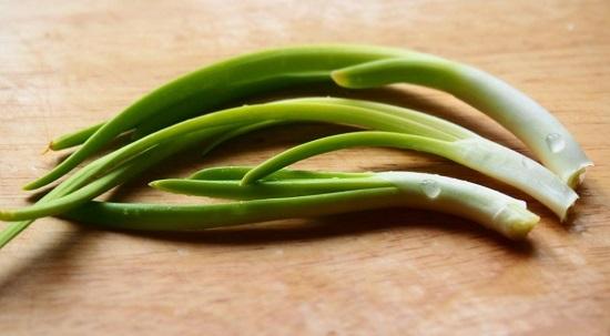 Промываем хорошенечко зеленый перьевой лук