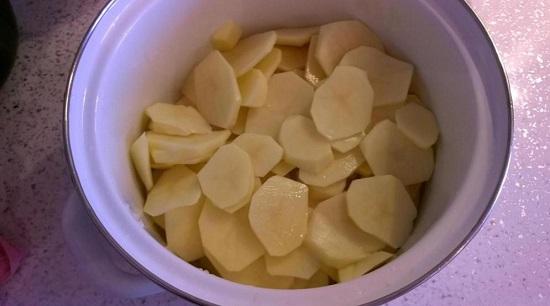Картофельные клубни очищаем, промываем и нарезаем
