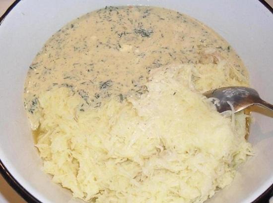 Перекладываем картофель в миску с соусом
