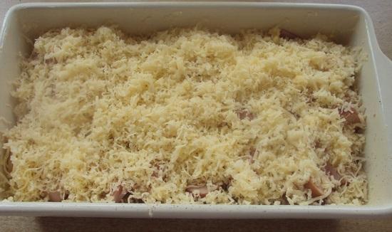 Посыпьте блюдо тертым сыром