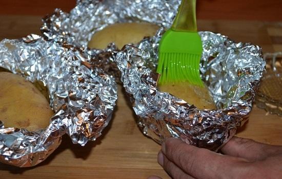 каждую картофелину смажем рафинированным растительным маслом