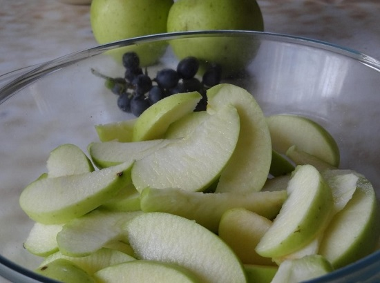 Яблоки промываем, вычищаем сердцевину и нарезаем