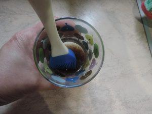 В чашке соединяем соевый соус