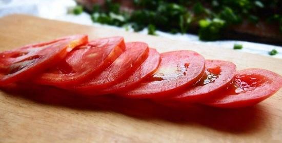 нарезаем томат кружочками