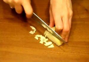 Очищенную головку лука нарезаем