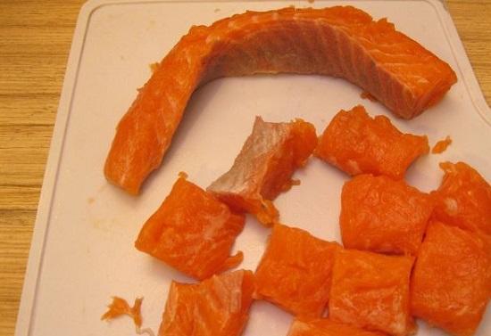 Рыбное филе нарежьте кубиками