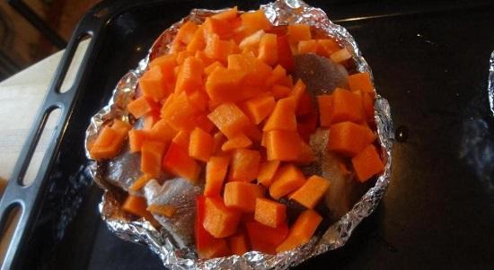 Добавляем в формочку нашинкованную морковь