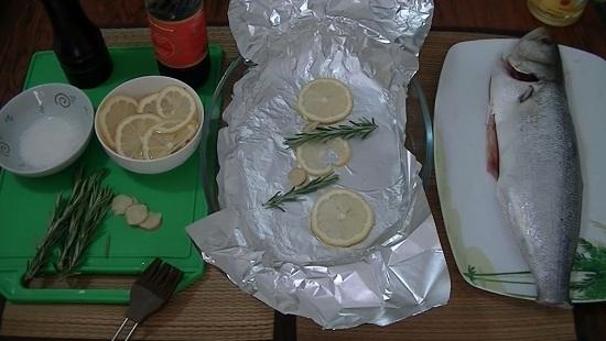 выкладываем несколько лимонных долек