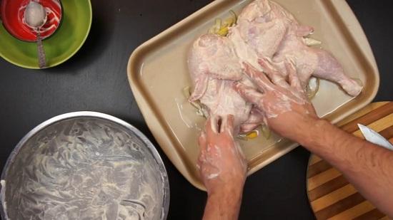 Перекладываем курицу на луково-лимонную подушку