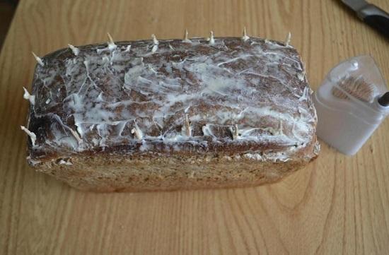 хлебную булку смазываем размягченным сливочным маслом