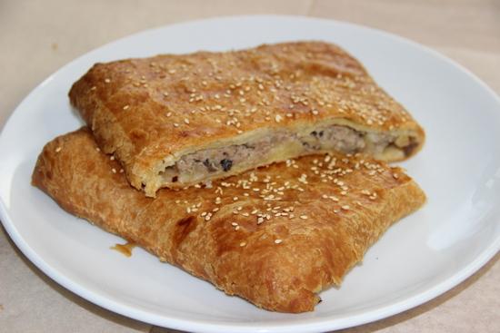 Слоеный пирог с фаршем и грибами в духовке